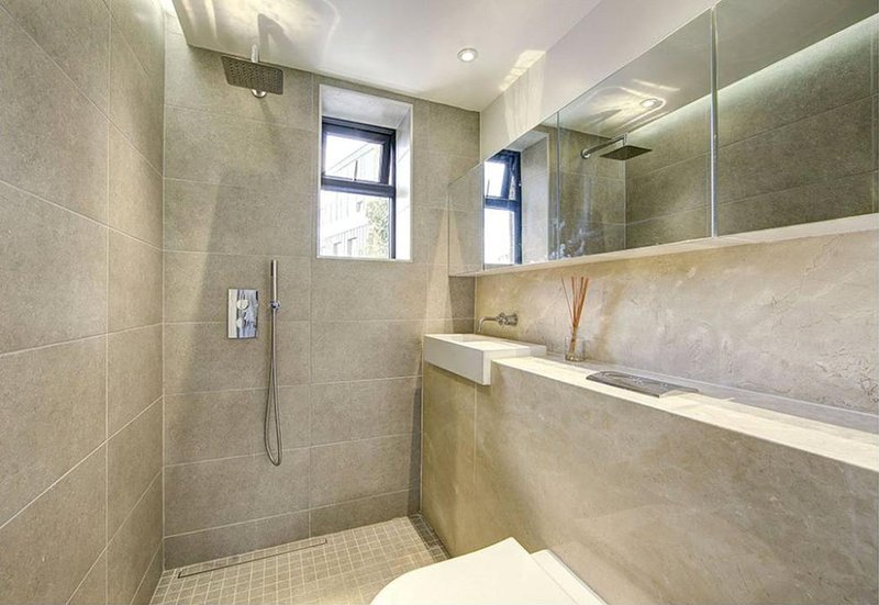 Salle de bains avec douche de plain-pied - à main tête de douche