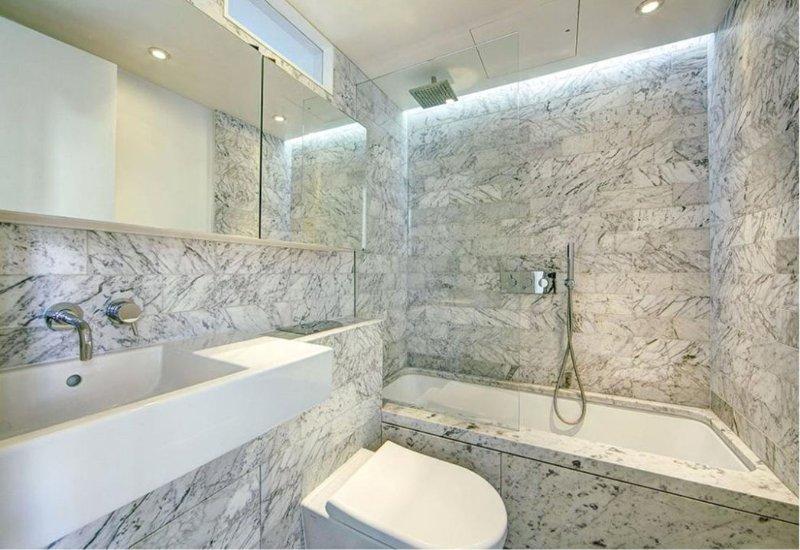 Salle de bains avec douche baignoire