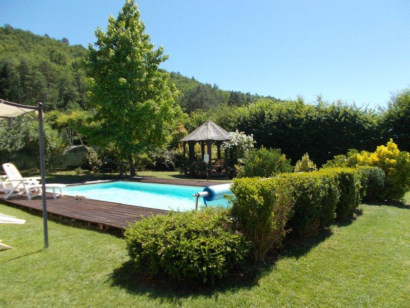 Piscine, jardin et gazebo partagés.