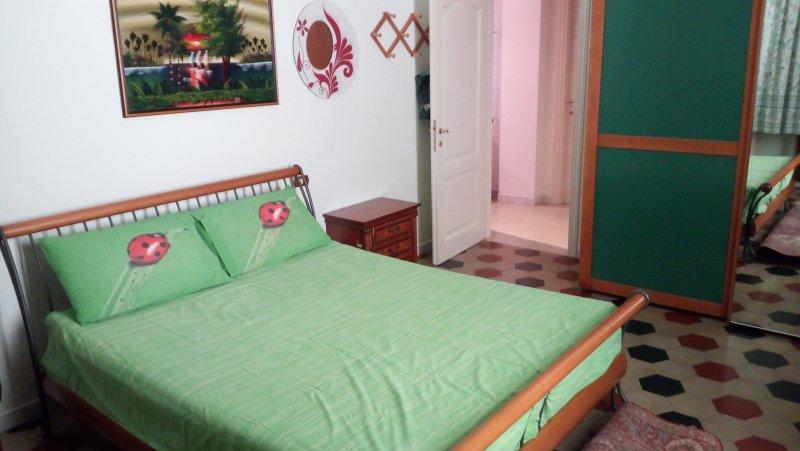 Camera matrimoniale con bagno personale, in appartamento privato, holiday rental in San Ginese
