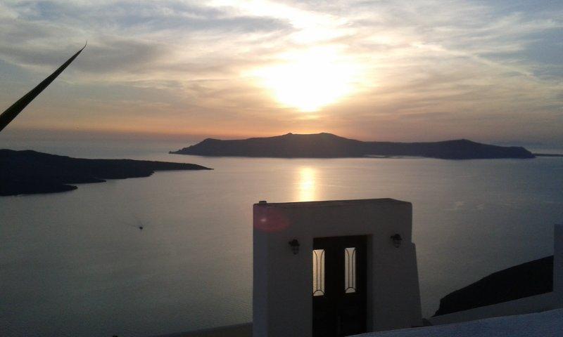 Villa Fira Santorini - Akron Cliff Suite, holiday rental in Karterádhos