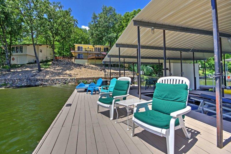 La casa frente al lago tiene un muelle privado para acomodar 2 barcos.