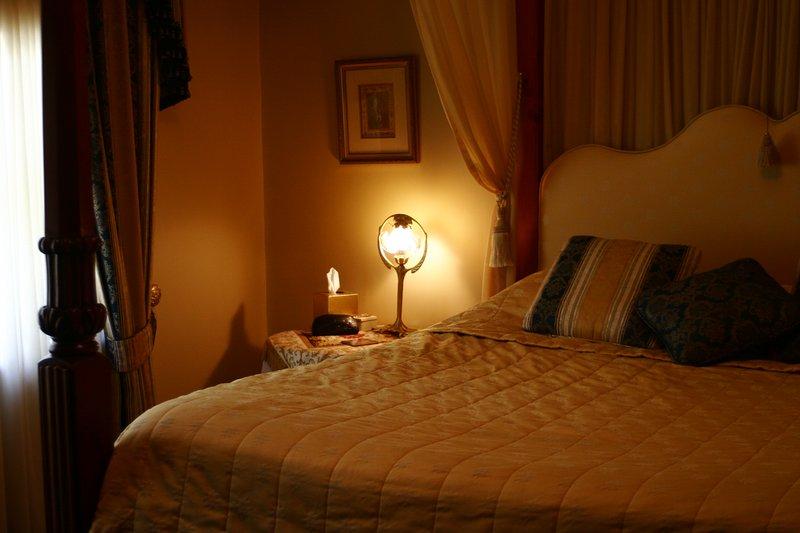 O quarto principal tem uma cama antiga magnífica 4 cartaz king size