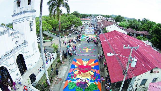 hermosas obras de arte a lo largo de las calles durante la Fiesta de Corpus Christi en la Villa de Los Santos.