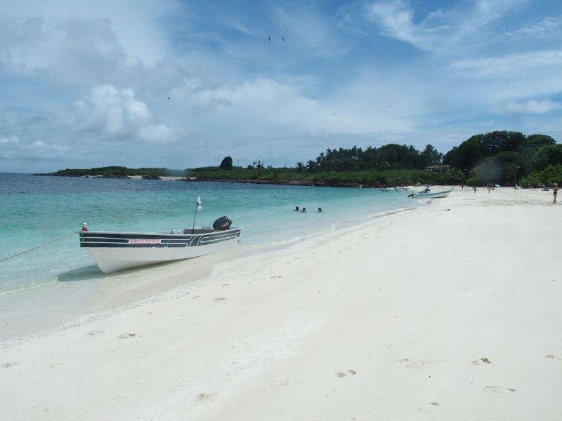 playa de arena blanca para disfrutar en la Isla Iguana.