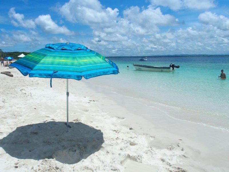 Un paraguas está esperando en la Isla Iguana.