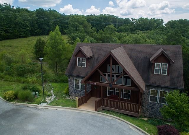 Exquisite 4 Bed/4 Bath Stonebridge Resort Cabin close to Silver Dollar City!, holiday rental in Branson