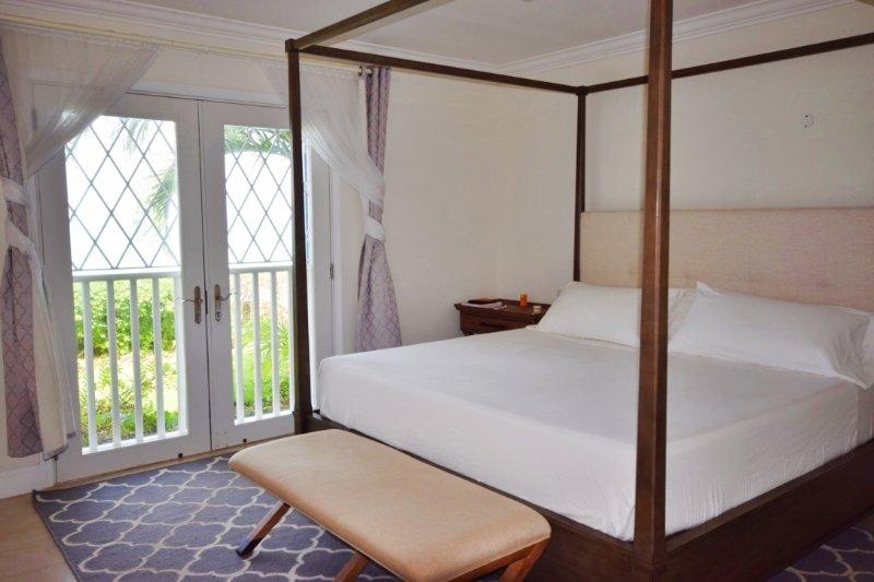 La chambre principale équipée d'un lit king confortable