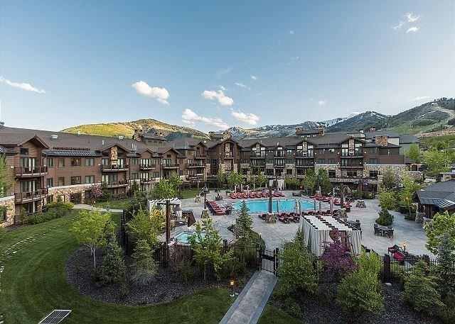 Vista sulle splendide montagne, sulla piscina del resort e sui giardini