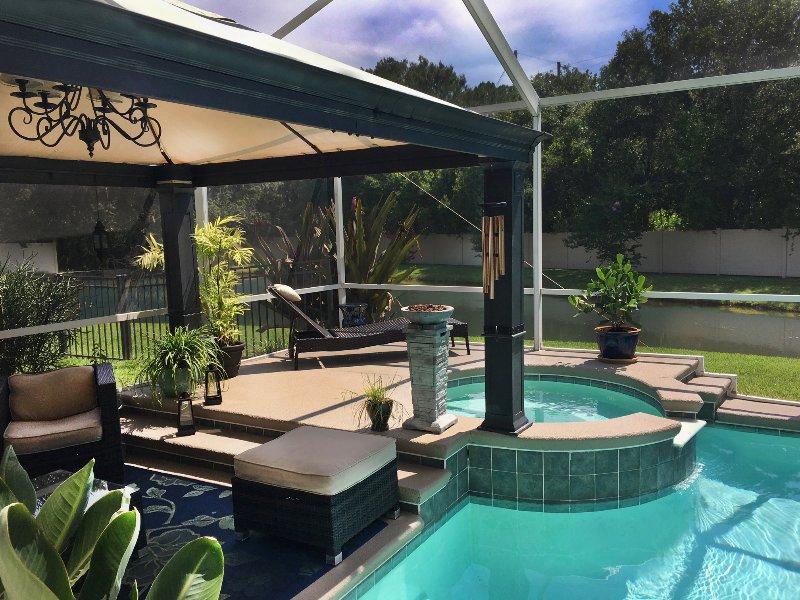Profitez de la véranda Moustiquaire w / piscine, bain à remous, meubles Set / Chaises longues Sauvegarde à un étang paisible.