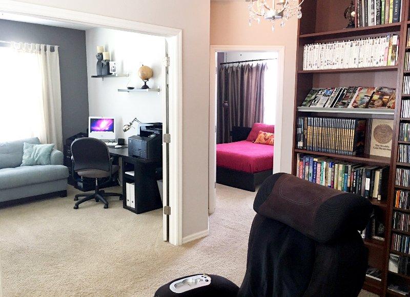 À pied A l'étage, une mezzanine w / bibliothèque, 3 chambres et une salle de bain complète.