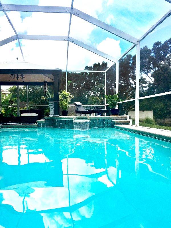 Flottant dans la piscine privée; L'écoute de la cascade ... Temps Grill Bientôt!