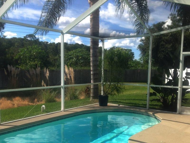 Un privé, cour clôturée avec Reeds Tropical, palmiers et étang animé; Pas de maisons derrière - Juste les arbres!