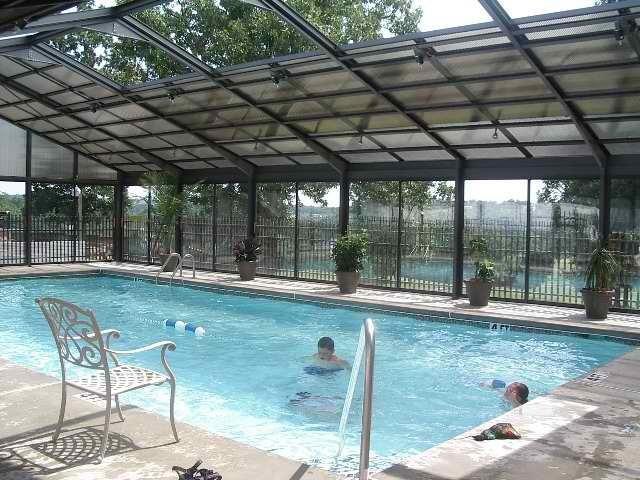 Piscina cubierta, situada junto a la piscina al aire libre