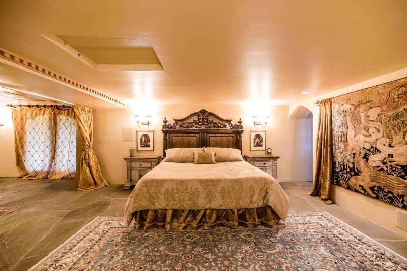 'The King's Suite' in HIGHLANDS CASTLE!, location de vacances à Bolton Landing