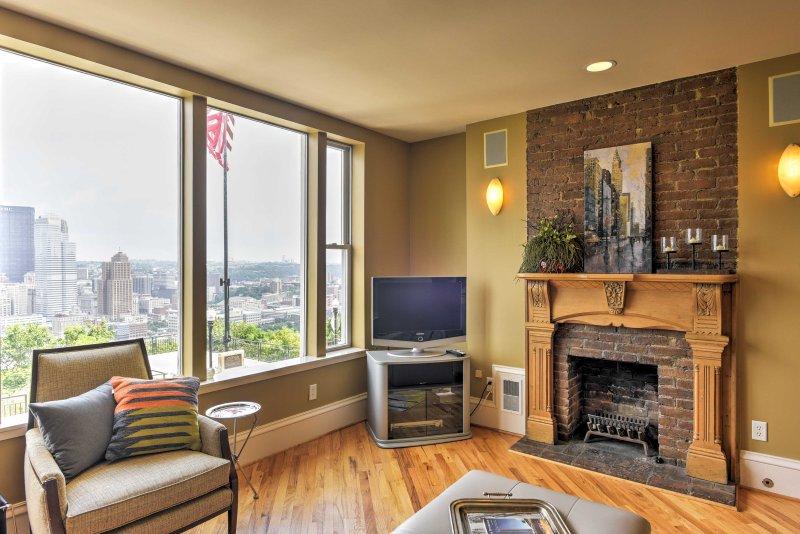 Ver un programa en la televisión por cable de pantalla plana o simplemente sentarse, relajarse y disfrutar del paisaje a través de estas ventanas con vista larga.