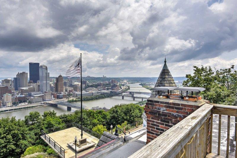La cabeza hasta la cubierta de la azotea de impresionantes vistas de la línea del cielo de la ciudad.