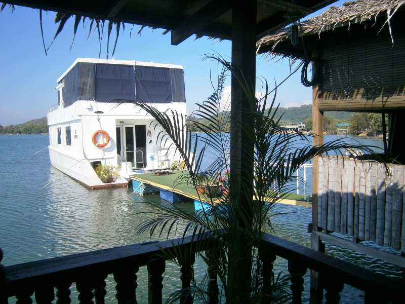 A UNIQUE GEM -  LUXURIOUS  WATER CHALET AND HOUSEBOAT, holiday rental in Kota Kinabalu District