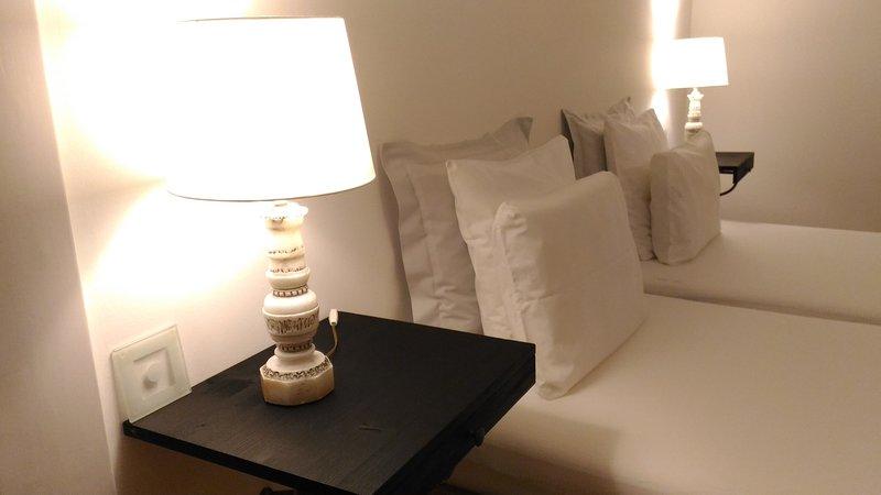 Hauptschlafzimmer mit seitlichem Blick auf den Fluss, ein Doppelbett je 90 cm x 200 cm