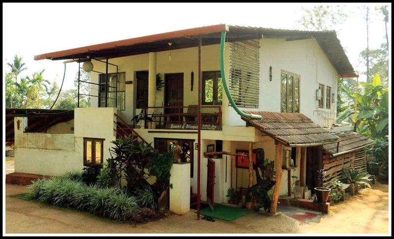TripThrill Beans & Bloosoms Room 2, alquiler de vacaciones en Bhagamandala
