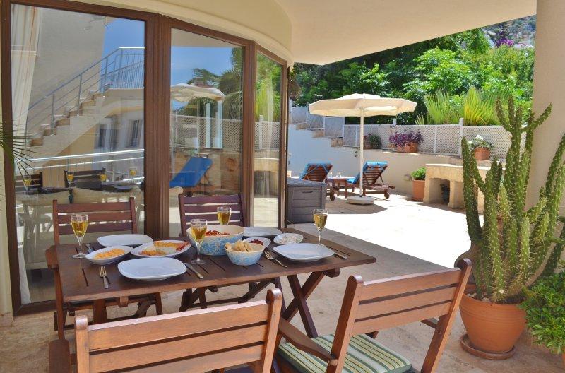 terrasse à manger privée à l'extérieur porte arrière