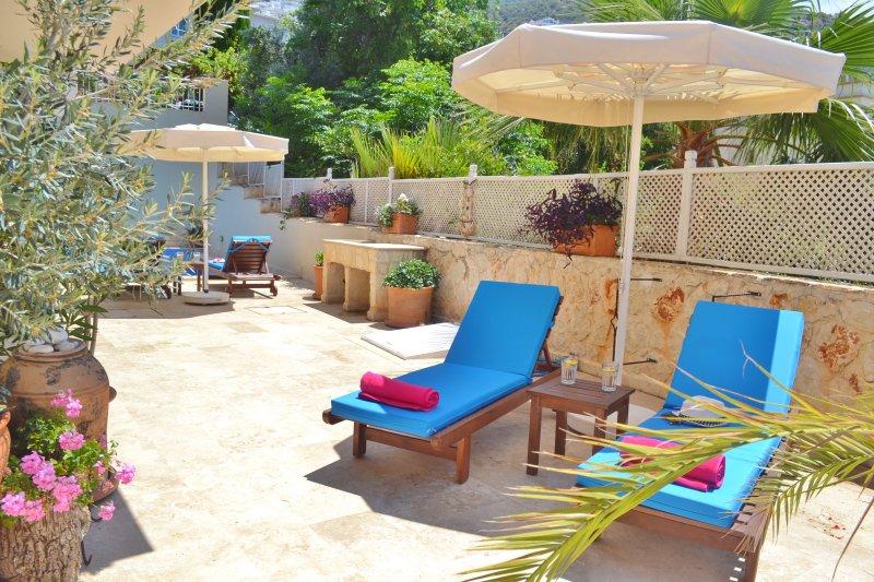 terrasse de la piscine a construit dans le barbecue en pierre et vue sur la mer