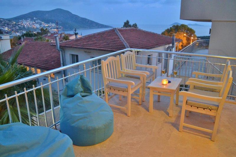 terrasse privée Grande meublé de chambre principale avec table de boissons et chaises longues