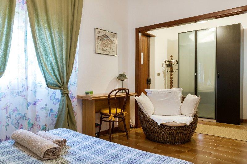 CAMERA MATRIMONIALE IN VILLA GIOVANNA-piano terra, holiday rental in Ragalna
