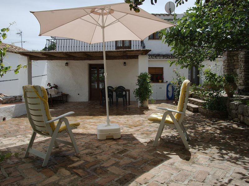 Traditional house with private patio near Ronda, casa vacanza a Benaoján