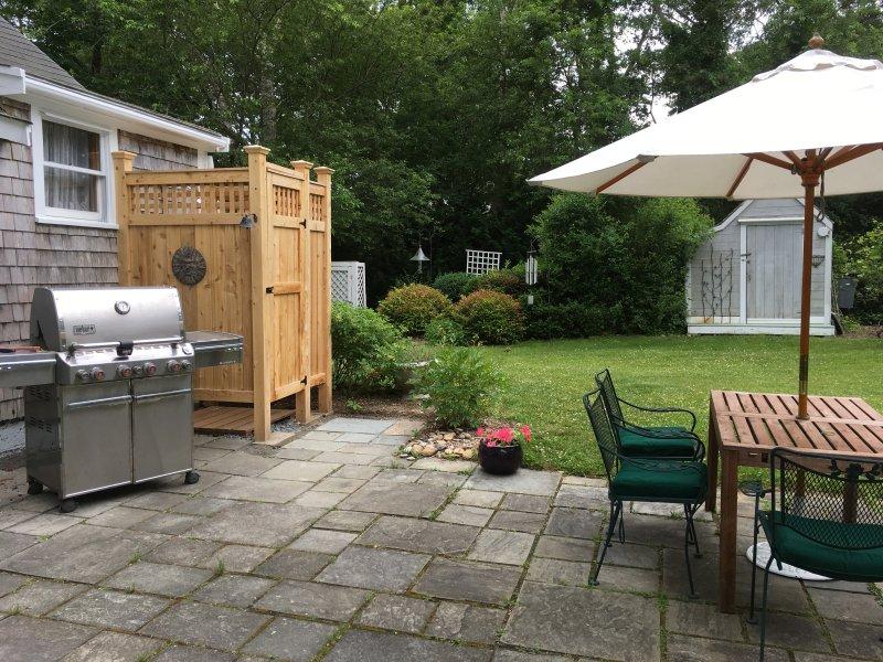 Patio avec barbecue et douche extérieure