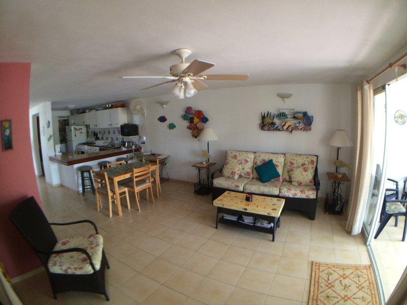 Otra vista de la sala de estar y comedor, a la cocina.