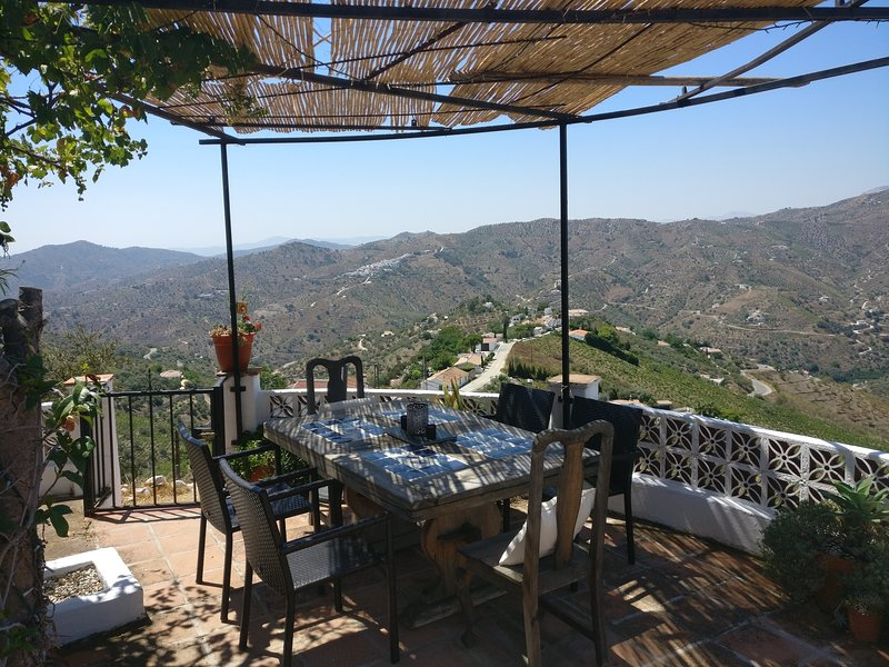 A little piece of paradise.. fantastic views, heated pool, 25 mins from the sea, vacation rental in Competa