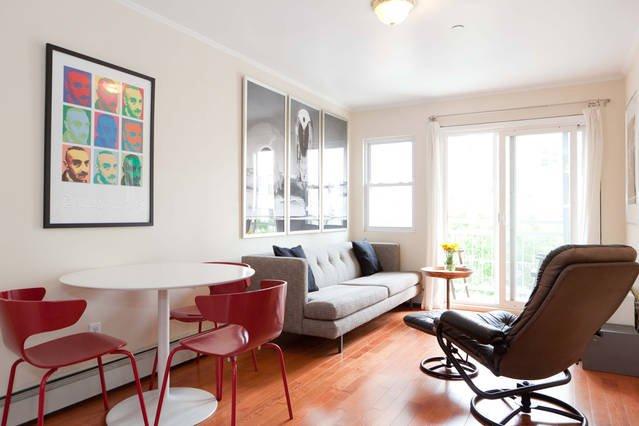 Wohnzimmer mit Balkon. Beseitigen Sie eine Last und entspannen auf dem Balkon nach einem anstrengenden Tag.