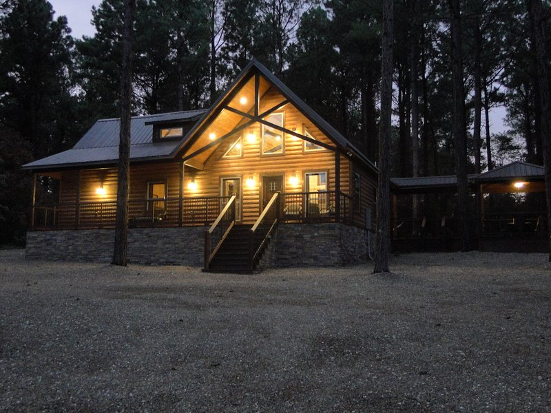 Unwind (Luxury Couples Cabin, 1 Bedroom, Hot Tub, Fireplaces, Games, and more..), vacation rental in Hochatown