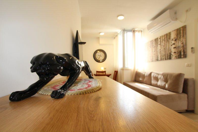 Light 1 bedroom apartment Balfour 6122, holiday rental in Bat Yam