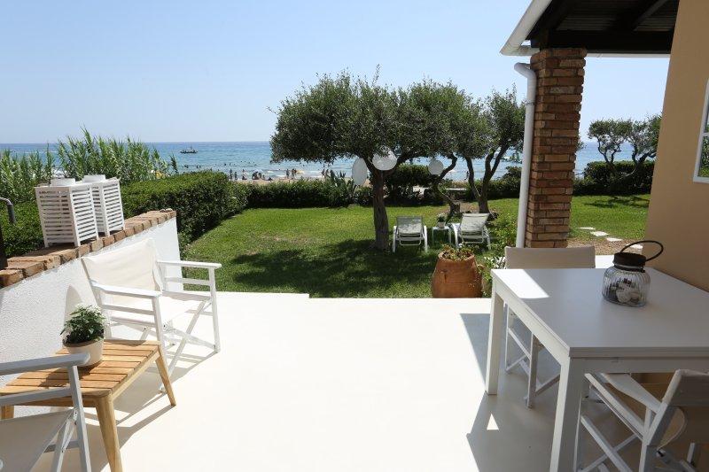 Seafront CALISTA Beach House with Garden, casa vacanza a Glyfada