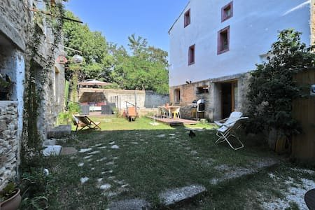 Welcome to the Blue Trunk! A nice stone house of 100m2 with swimming pool, in Vallabrix