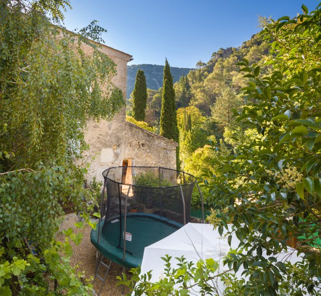 Featuring trampoline, hammock & BBQ, gem of a gîte for 5 in the heart of St Guilhem le Désert