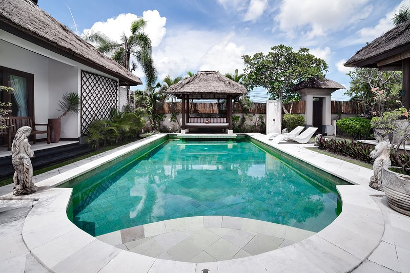 Spacious 3BR villa 10 min walk to Jimbaran Beach A5, alquiler vacacional en Kedonganan