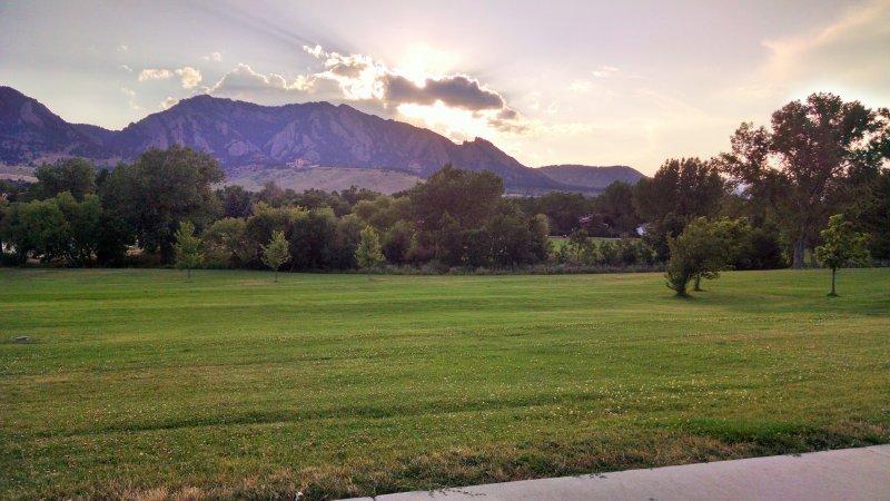 frisbee campo de golf a dos cuadras, los discos y las normas establecidas. Rocosas de Boulder, NCAR en la colina.