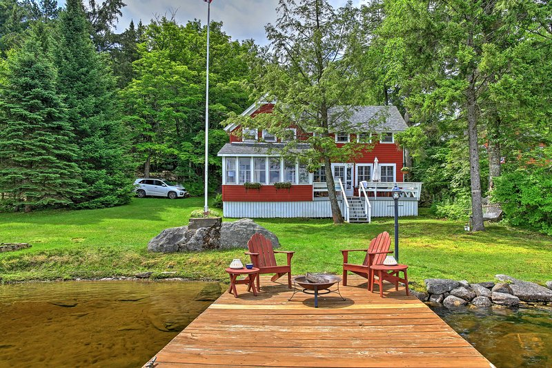 Cozy Pleasant Lake Escape w/ Dock, Deck & Fire Pit, aluguéis de temporada em Johnstown