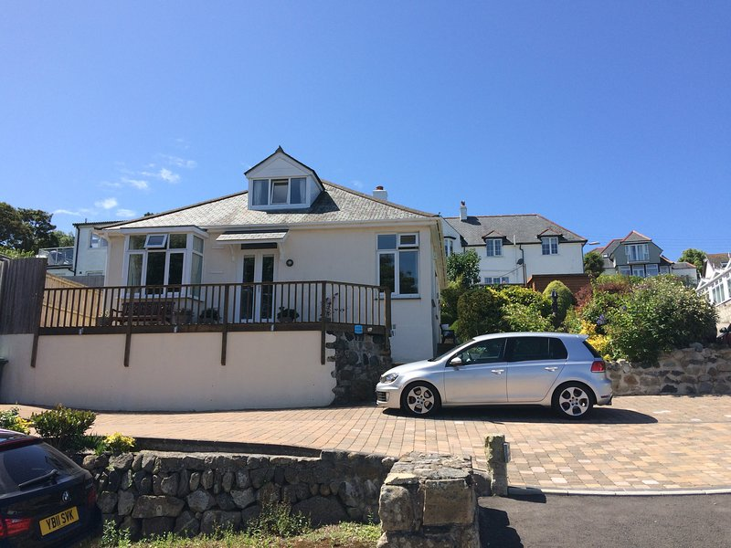Beautifully appointed detached seaside holiday cottage overlooking Carbis Bay, vacation rental in Angarrack