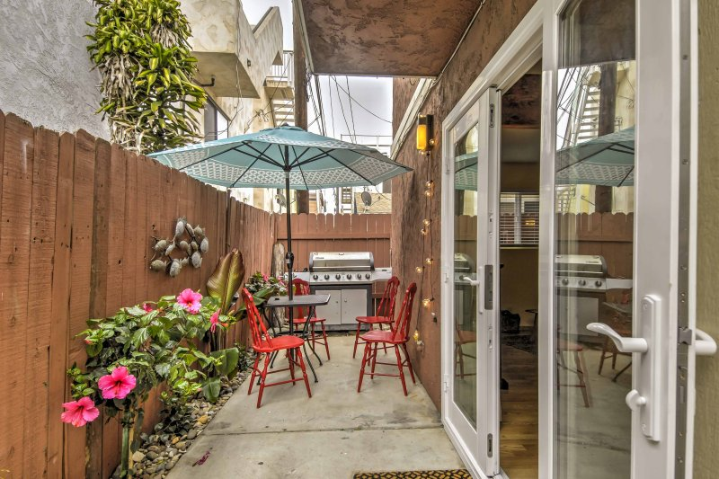 This lovely home features plush furnishings and modern amenities for up to 4 guests to enjoy.