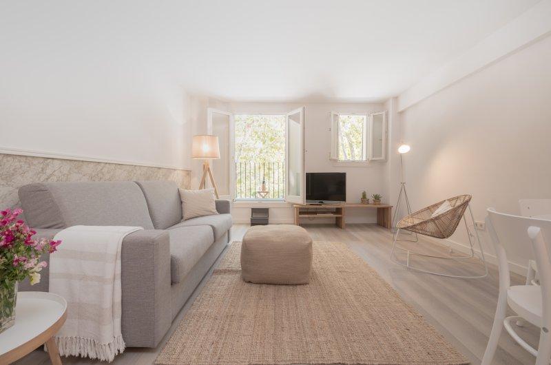 La sala de estar y un balcón con un asiento en él
