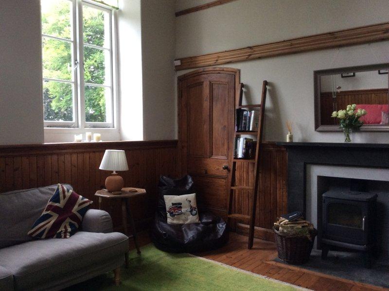 Amplio y peculiar, la sala de estar tiene una estufa para las noches acogedora chimenea