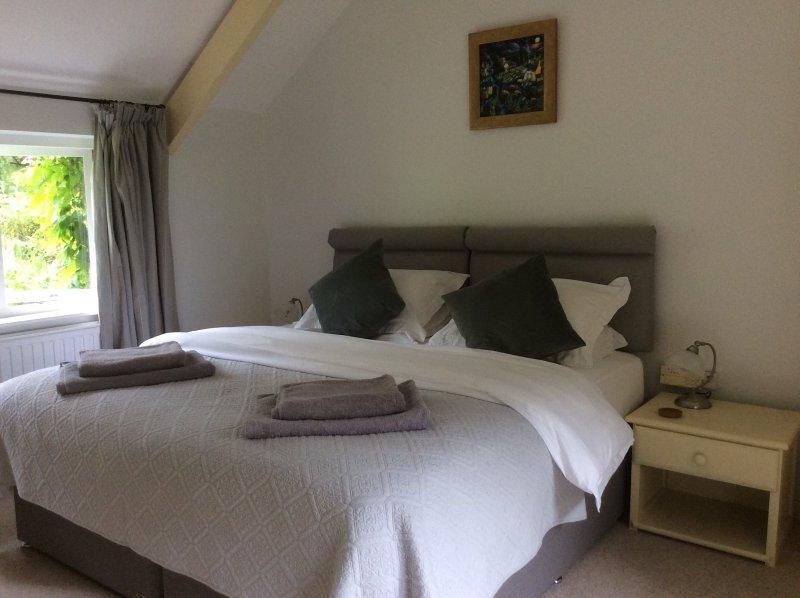 1 dormitorio es una habitación grande con una cama extra grande, que puede ser configurado como una habitación con cama doble en vez