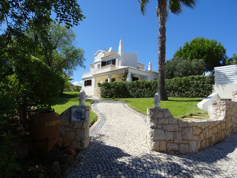 Villa Ladeira w/ private pool,Games room,Sea view AC, Wifi, holiday rental in Albufeira