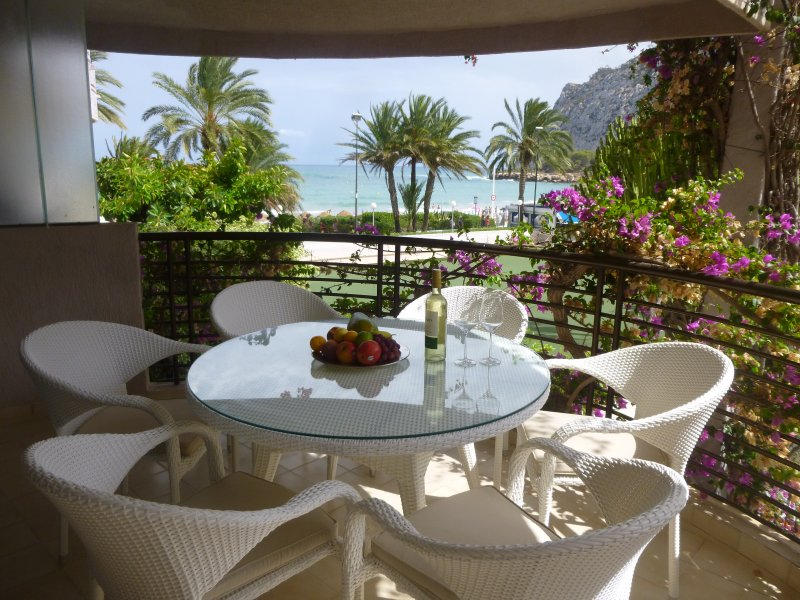 Bright apartment directly on beautiful sandy beach and next to all facilities – semesterbostad i Calpe