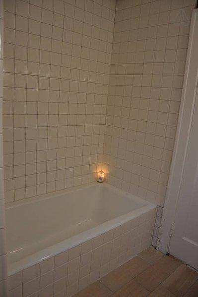 Baño compartido: bonito y sencillo con una gran tina de baño y toallas limpias.