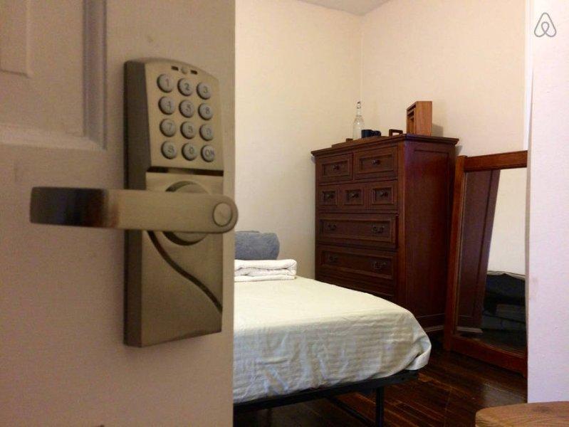 dormitorio con cama de lujo cuenta con cerradura de la puerta digital personal